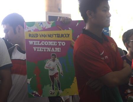 Người hâm mộ MU và danh thủ người Hà Lan cũng có mặt để chào đón thần tượng