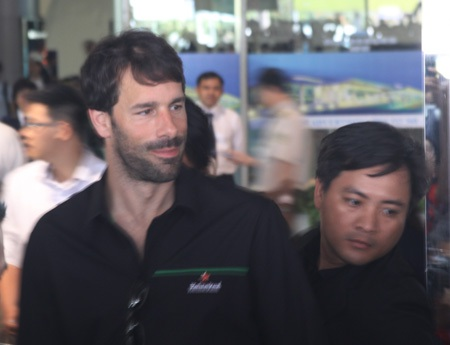 Van Nistelrooy xuất hiện tại cửa đến sân bay Tân Sơn Nhất