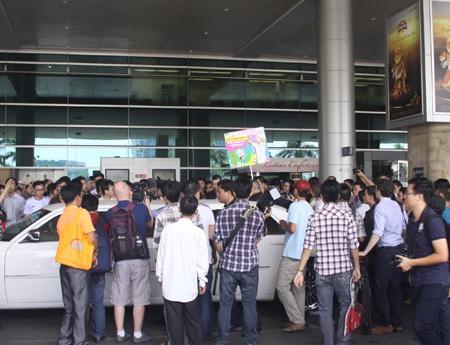 Đông đảo người hâm mộ vây lấy chiếc Limo chở Nistelrooy