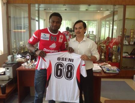 Oseni nhận áo thi đấu mới từ chủ tịch CLB ĐT Long An, ông Võ Thành Nhiệm, ảnh: Kim Điền