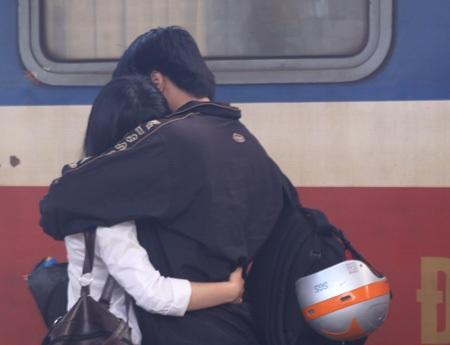 Một đôi trẻ hạnh phúc hội ngộ tại sân ga sau những ngày xa cách.