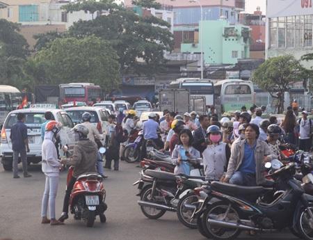 Rất đông người dân cũng bắt đầu rời thành phố về quê hoặc đi du lịch.