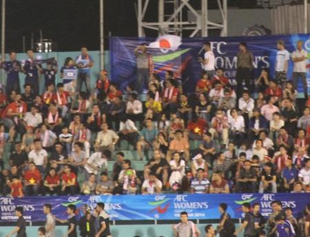 CĐV Nhật rước cờ tổ quốc họ trên sân Thống Nhất