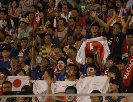 Đông đảo CĐV Nhật Bản dự khán trận đấu với đội tuyển nữ Việt Nam
