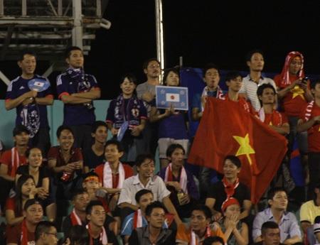 CĐV Nhật hòa nhã và thân thiện đứng cạnh các CĐV Việt Nam