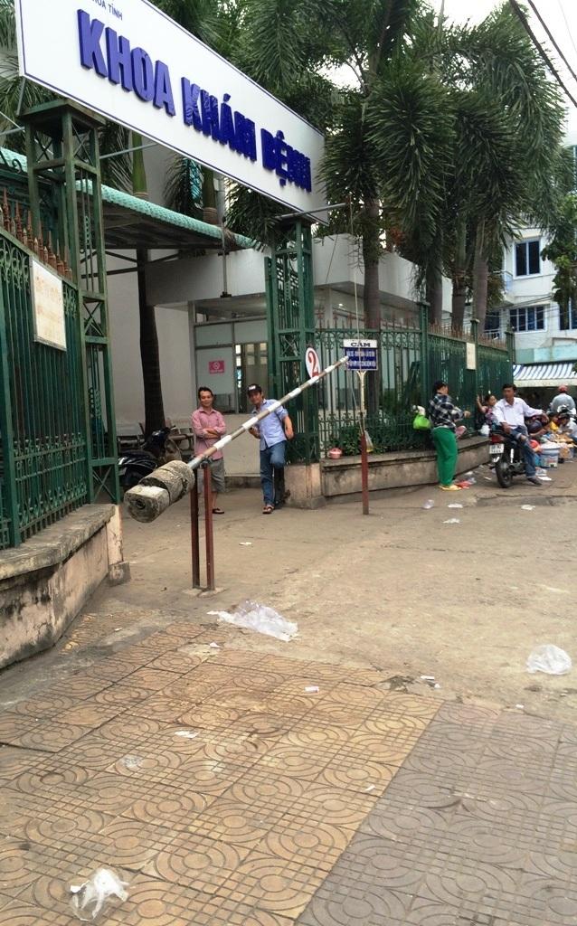 Rác nằm rải rác trước cổng Bệnh viện đa khoa tỉnh Kiên Giang (hành lang đường Lê Lợi)