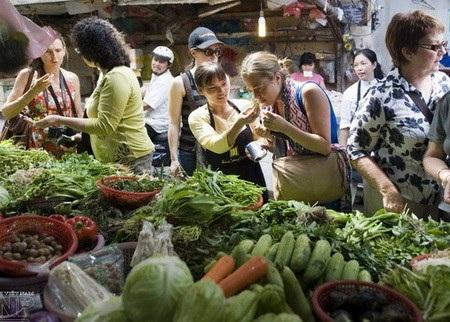 Du khách nước ngoài thích thú với những nét đặc biệt, đậm chất Hà thành của chợ Châu Long.