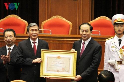Tại buổi lễ, Chủ tịch nước Trần Đại Quang trao Huân chương Độc Lập hạng Nhất cho Hội đồng Lý luận Trung ương.