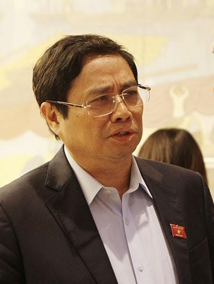 Trưởng ban Tổ chức TƯ Phạm Minh Chính trao đổi bên hành lang Quốc hội sáng 26/10 (ảnh: Hoàng Long).