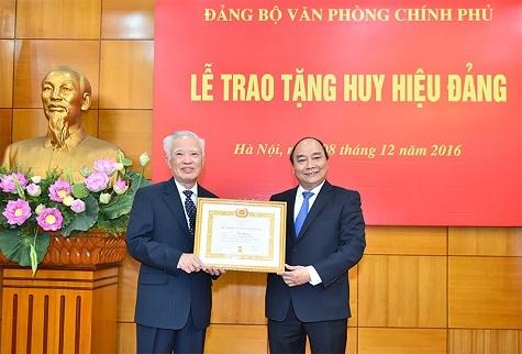 Thủ tướng Nguyễn Xuân Phúc trao tặng huy hiệu 55 tuổi Đảng cho nguyên Phó Thủ tướng Vũ Khoan.