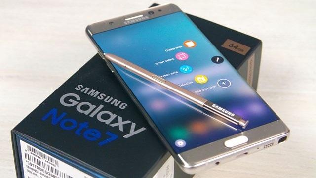 Galaxy Note7 xách tay vẫn còn khá nhiều trên thị trường. Nhiều đại lý mang ra để trưng bày và cho khách so sánh với các sản phẩm khác
