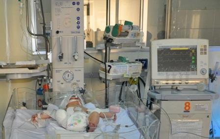 Bé trai đang được điều trị tích cực tại Bệnh viện Nhi Đồng 1
