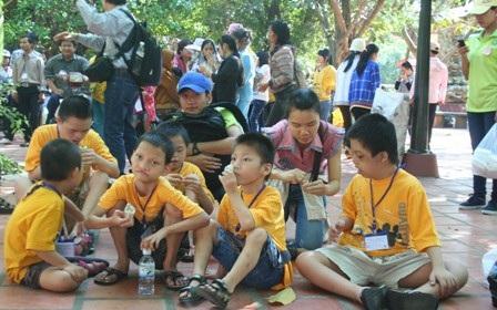 Trẻ khuyết tật đến vui chơi tại Khu Du lịch Văn hóa Suối Tiên