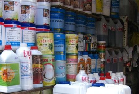 Hóa chất không tên được sang chiết đựng trong các can nhựa tại chợ Kim Biên