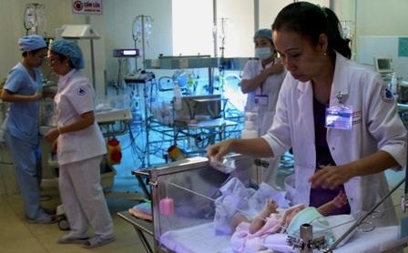 Bé Gia Huy đang bình phục tốt nhờ sự chăm sóc tận tình của các y bác sĩ bệnh viện Nhi Đồng 1