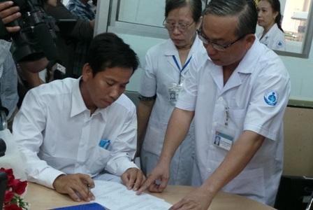 Bệnh viện tiến hành bàn giao số tiền hơn 1,6 tỷ đồng cho anh Nam