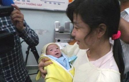 Bé Quốc Huy rời bệnh viện trong vòng tay ấm áp của người dì ruột