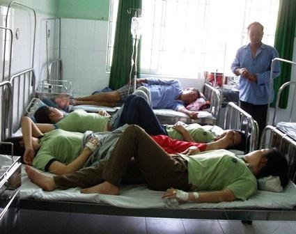 Nạn nhân một vụ ngộ độc thực phẩm tại Bình Dương nằm viện điều trị