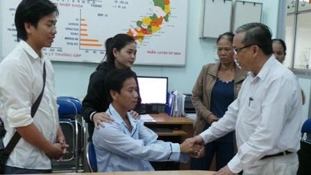 Giám đốc bệnh viện Nhi Đồng 1, động viên chia sẻ nỗi đau cùng anh Nam