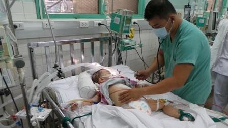Bé Phi Long đang được điều trị tích cực tại bệnh viện Nhi Đồng 2