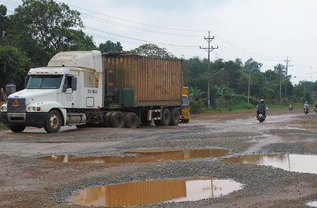 Con đường đau khổ với ổ gà ổ voi những ngày mưa