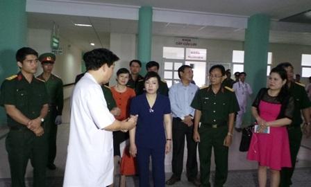 Bộ trưởng Kim Tiến đến thăm các cán bộ lão thành cách mạng và chúc tết bệnh viện 175