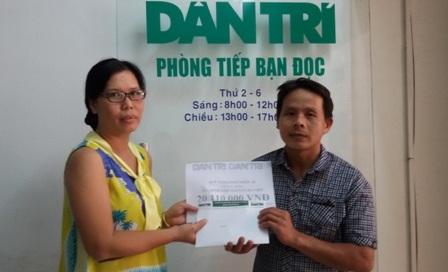 Nhà báo Toàn Thắng trao tiền bạn đọc giúp đỡ đến anh Việt