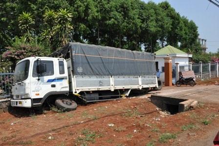 Sau vụ tai nạn, chiếc xe tải nằm ăn vạ trước cổng công ty