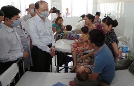 Quá tải bệnh viện đang đè nặng lên chất lượng khám chữa bệnh của ngành Y tế