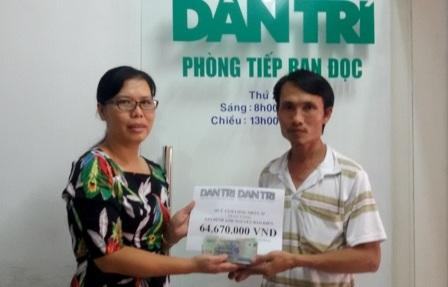 Nhà báo Toàn Thắng trao tiền bạn đọc giúp gia đình anh Hiền