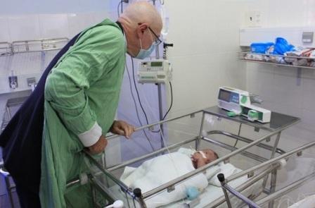 Ngài Tổng Lãnh sự quán Úc tại TPHCM thăm bệnh nhi tại bệnh viện Đa khoa Khánh Hòa