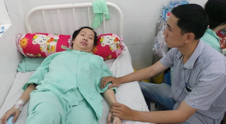 Anh Thái Huy Tam bất lực nhìn vợ trên giường bệnh