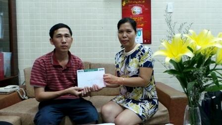 Nhà báo Toàn Thắng trao nóng 10 triệu đồng từ Quỹ nhân áiđến gia đình anh Tam