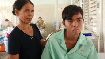 Đôi mắt của Luận đang mờ dần, có nguy cơ bị mù nếu không được phẫu thuật
