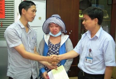 Vợ chồng chị Phượng (bên trái) xúc động gửi lời cảm ơn đến bệnh viện cùng bạn đọc Dân trí