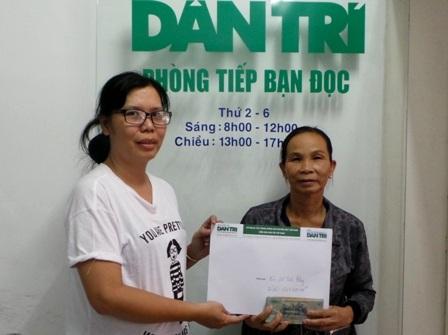 Nhà báo Toàn Thắng trao tiền bạn đọc hỗ trợđến con gái bà Bông