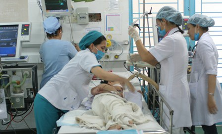 Một bệnh nhi mắc sốt xuất huyết đang được điều trị tích cực