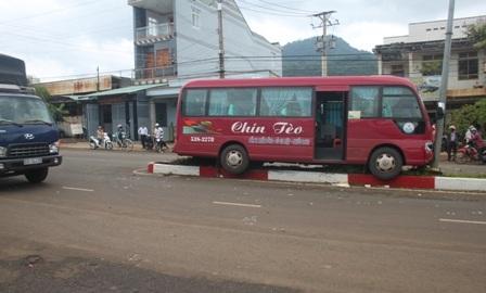 Sau khi gây tai nạn, chiếc xe khách lao lên dải phân