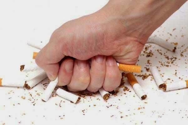 Theo Hiệp hội chỉnh hình Mỹ, hút thuốc lá có ảnh hưởng tiêu cực đến xương khớp. Cụ thể, hút thuốc làm tăng nguy cơ loãng xương và gãy xương. Những người hút thuốc cũng có nguy cơ mắc bệnh đau lưng dưới và thấp khớp cao hơn người thường. Vậy nên, nếu đang có thói quen hút thuốc thì bạn nên nghĩ đến việc bỏ thuốc để bảo vệ sức khỏe của mình.