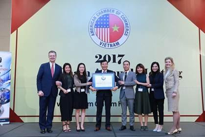 Đại Sứ Daniel J. Kritenbrink (Ngoài cùng bên trái); Ông Lê Linh – Phó Tổng Giám đốc Phụ Trách Đối ngoại và Truyền thông Suntory PepsiCo Việt Nam (thứ tư bên tay trái) tại lễ trao Giải thưởng Amcham CSR 2017 vào ngày 11/12/2017