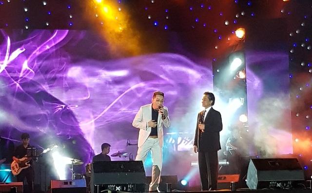 Chế Linh và Trường Vũ song ca trên sân khấu đêm khai hội
