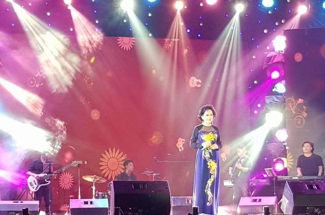 Giao Linh hát trên sân khấu