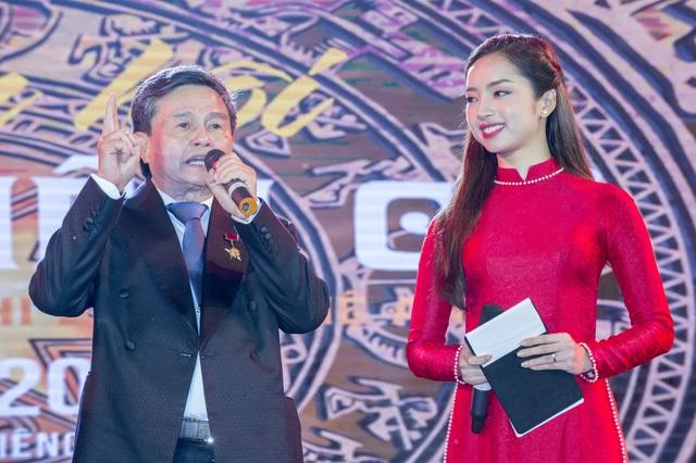 Đại tá Anh Hùng Lao Động Nguyễn Đăng Giáp phát biểu trong đêm khai hội