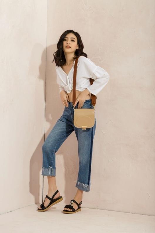 Áo croptop cùng quần jean lửng là những item không thể thiếu cho cô nàng cá tính. Để bộ trang phục không còn đơn điệu, hãy thử kết hợp cùng đôi giày bệt với điểm nhấn ở chi tiết đính đá của Juno để mặc đẹp ngày nắng chói chang không còn là ác mộng.