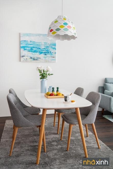 Phòng ăn nổi bật với màu sắc của chất liệu gỗ phối cùng sắc trắng mang đến cảm giác ấm áp, gần gũi thiên nhiên. Ghế ăn có nhiều màu sắc để lựa chọn theo sở thích.
