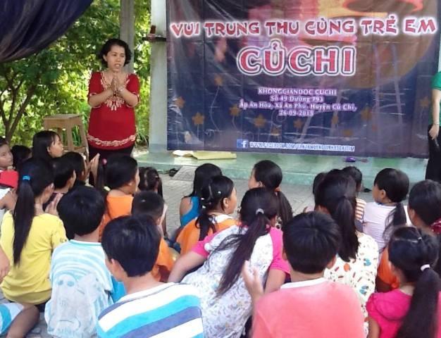 Cô giáo Huỳnh Thị Thanh Phương trong một chương trình tổ chức cho trẻ tại thư viện của mình