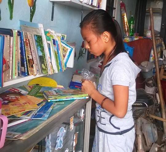 Trẻ đến đọc sách tại Không gian đọc Củ Chi do cô Huỳnh Thị Thanh Phương thành lập