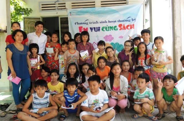 Cô Phương cùng các nhà hảo tâm, sinh viên tình nguyện thường đứng ra tổ chức nhiều hoạt động cho trẻ với mục đích... để các em biết nhà mình có sách đọc miễn phí.
