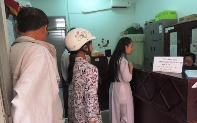 Phụ huynh, học sinh nhiều trường học ở TPHCM còn phải xếp hàng đóng học phí theo phương thức thủ công (Ảnh: Hoài Nam)