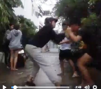 Cô gái ép bạn liếm chân đánh người trong một clip khác - 1